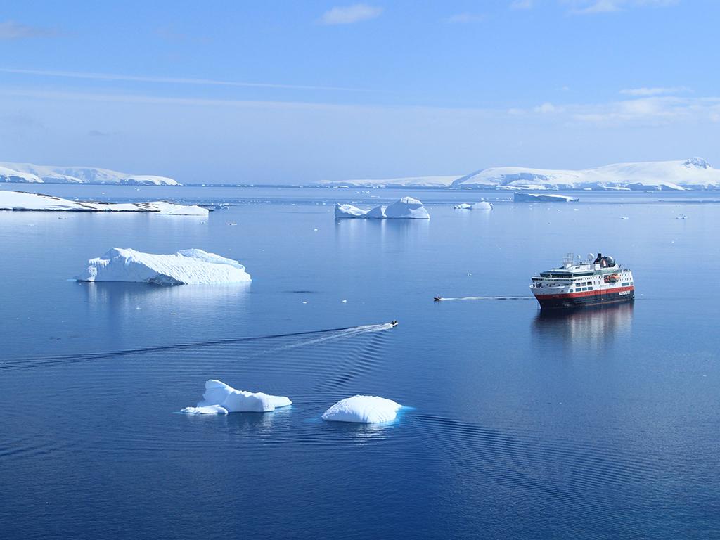 许多国家的科研站分布在岛上.南设得兰群岛上可以追溯捕鲸时代的历史.